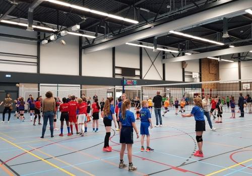 Leerlingen van basisscholen doen enthousiast mee aan het scholenvolleybaltoernooi