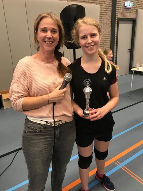 Esmee Endeman (rechts) jeugdtalent van het seizoen 2018/2019